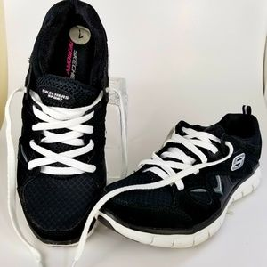 Skechers Size 7 Black and White Sneakers (A67)
